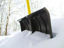Schaufel im Schnee Stockfotos