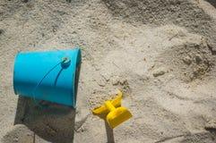 Schaufel und Eimer im Sand Lizenzfreies Stockfoto