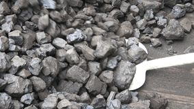 Schaufel und Kohle stock video