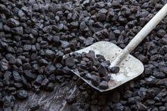 Schaufel und Kohle stockfotos