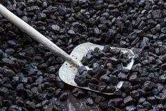 Schaufel und Kohle stockbild