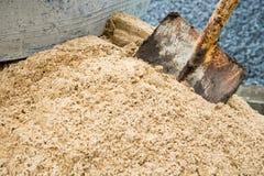 Schaufel- und Sandstapel für Bau an der Baustelle Lizenzfreie Stockfotografie
