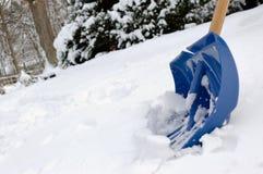 Schaufel und Schnee im Winter Stockbild
