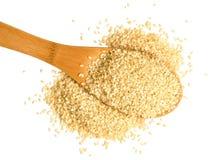 Schaufel von Samen des indischen Sesams auf weißem Hintergrund lizenzfreies stockfoto