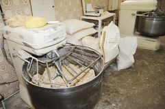 Schaufelmischer in einer industriellen Bäckerei stockfotografie