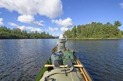 Schaufeln auf einem Wilderness See Stockbilder