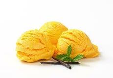 Schaufeln der gelben Eiscreme Stockfoto