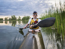 Schaufeln des Seekajaks auf einem See Stockfotografie