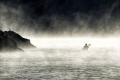 Schaufeln durch den Nebel stockbilder