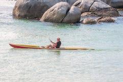 Schaufeln mit einem Kanu an der Flussstein-Pinguin-Kolonie Lizenzfreie Stockfotografie