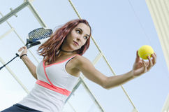 Schaufeln Sie den Tennisfrauenspieler, der zum Aufschlagsball bereit ist Stockfotos