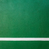 Schaufeln Sie grüne Hartplatzbeschaffenheit des Tennis mit weißer Zeile Lizenzfreie Stockfotos