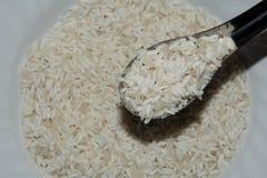 Schaufeln Sie Reis durch Löffel, Draufsichtbeschaffenheit des Reises im Teller Stockbild