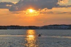 Schaufeln Sie weg in den Sonnenuntergang Stockbild