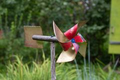 Schaufelspielzeug für schützenden Garten von den Vögeln stockfotografie