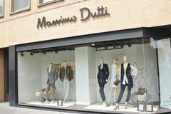 Schaufenster des Massimo Dutti-Modespeichers in der Mitte der Stadt Toulouse Lizenzfreies Stockfoto