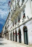 Schaufenster-Fassaden und Promenade in der Spalte Kroatien lizenzfreies stockfoto