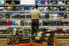 Schaukasten der Alkohol im Dutyfreeshop auf der Fähre Tallink Lizenzfreie Stockfotos
