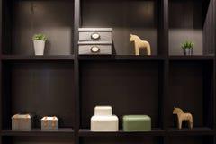 Schaukasten des Hauptdekorgegenstandes auf Regalen im modernen Wohnzimmer Lizenzfreie Stockfotos