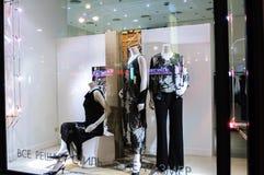 Schaukasten eines Frauenkleidungsshops Stockfoto