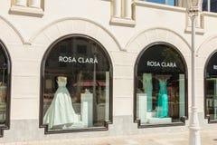 Schaukasten eines Luxuskleidungsspeichers Rosa Clara stockbild