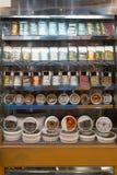 Schaukasten für Fischfutter im Speicher Stockfotografie