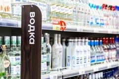 Schaukasten mit alkoholischen Getränken am Grossmarkt Lizenzfreies Stockfoto