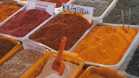 Schaukasten mit bunten orientalischen Gewürzen und Würzen auf dem Straßenmarkt stock video