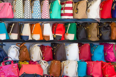 Schaukasten mit gefälschten Handtaschen der berühmten amerikanischen Marke Michael Kors Lizenzfreie Stockfotografie