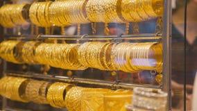 Schaukasten mit Goldarmbändern Wempe jewelery Speicher für Männer und Frauen Goldarmbänder für Verkauf stock video