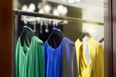 Schaukasten mit Kleidern stockfotos