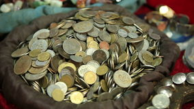 Schaukasten mit Münzen in einem mittelalterlichen Markt stock footage