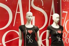 Schaukasten mit Mannequin- und Verkaufszeichen Stockfoto