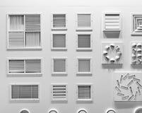 Schaukasten mit Plastikgrills für Belüftungsöffnungsnahaufnahme Stockfotografie