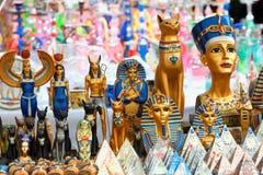 Schaukasten von verschiedenen Gegenständen des ägyptischen themenorientierten Geschenks lizenzfreies stockbild