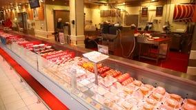 Schaukastenfleischwaren in einem Supermarkt stock video