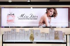 Schaukastenparfüm Christian Dior, Werbefirma mit Natalie Portman moskau 20 03 2019 lizenzfreie stockfotografie