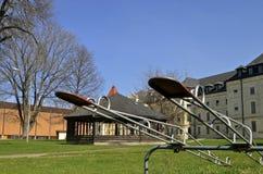 Schaukel taumelt in einem Park von Altbauten Stockfotografie