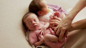 Schaukeln der zwei Zwillingsmädchen stock video