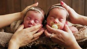 Schaukeln der zwei Zwillingsmädchen stock video footage