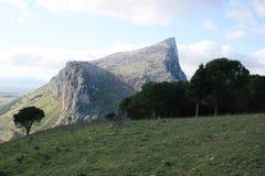 SCHAUKELN Sie °°° Rasen, Montierungen, Wolken u. Blau-Himmel Lizenzfreies Stockfoto