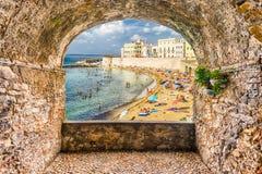 Schaukeln Sie den Balkon, der Gallipoli-Ufergegend, Salento, Apulien übersieht, stockfotografie