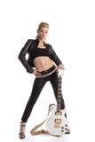 Schaukeln Sie Frau im schwarzen Leder, das mit Gitarre aufwirft Lizenzfreies Stockfoto