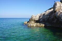 Schaukeln Sie Klippe in adriatischem Meer in Rovinj, Kroatien Stockfoto