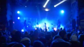Schaukeln Sie Kunst, Fanklatschenhände auf Konzert der Live-Musik gegen hell beleuchtete Szene stock footage