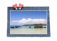 Schaukeln Sie merkwürdiges auf klarem Himmel bei Koh Kham Beach mit den conc Blue Jeans Lizenzfreies Stockbild
