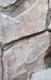 Schaukeln Sie Monolithen mit einem Sprung in der Mitte Stockfotos