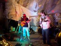 Schaukeln Sie Musiker Paul Isak und Tommy Osuna, die Gitarren bei Opt spielen stockbild