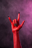 Schaukeln Sie Zeichen, Hand des roten Teufels mit schwarzen Nägeln Stockbilder