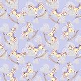 Schaukelpferd-Babyspielzeug des Musters nahtloses und gelbe Herzen auf violettem Hintergrund lizenzfreie abbildung